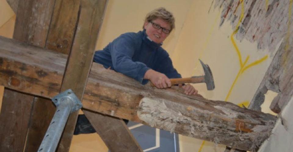Aufwändige Arbeit: Sarah Penzlin aus Flensburg ist Zimmerin und staatlich geprüfte Bautechnikerin.