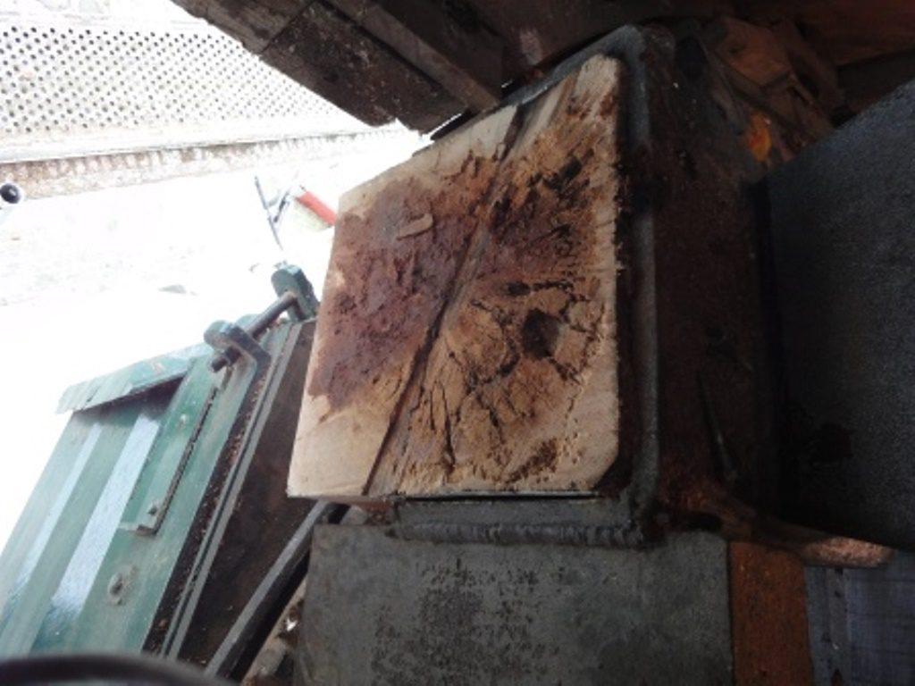 Holzbalken mit Insekten Fraßspuren