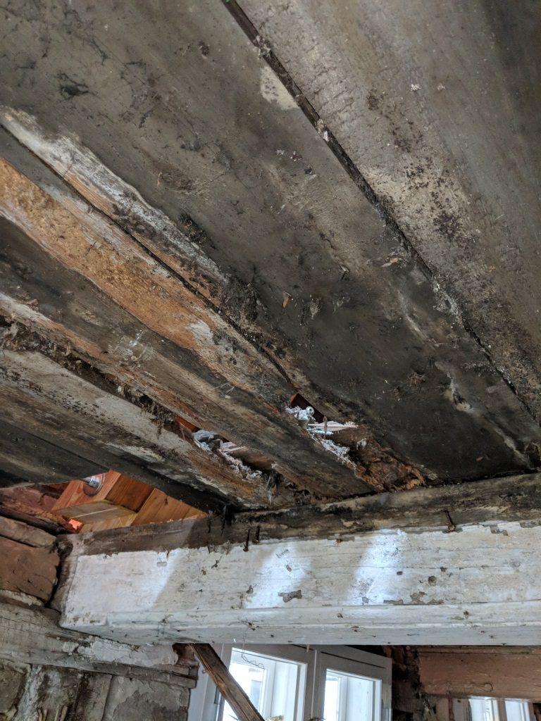 stark zerstörte historische Decke