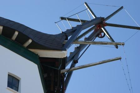 Sanierte Bauteile unter dem Windrad