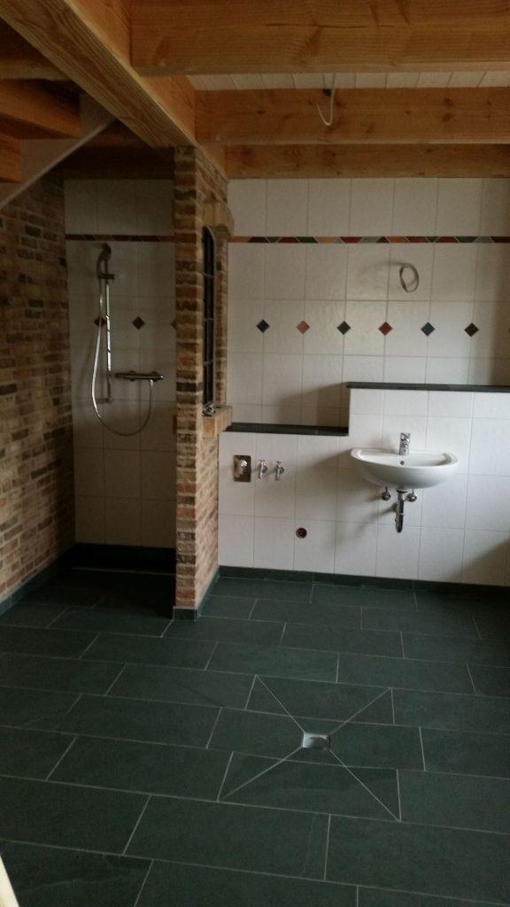 gefliesetes Badezimmer mit gemauerter Trennwand