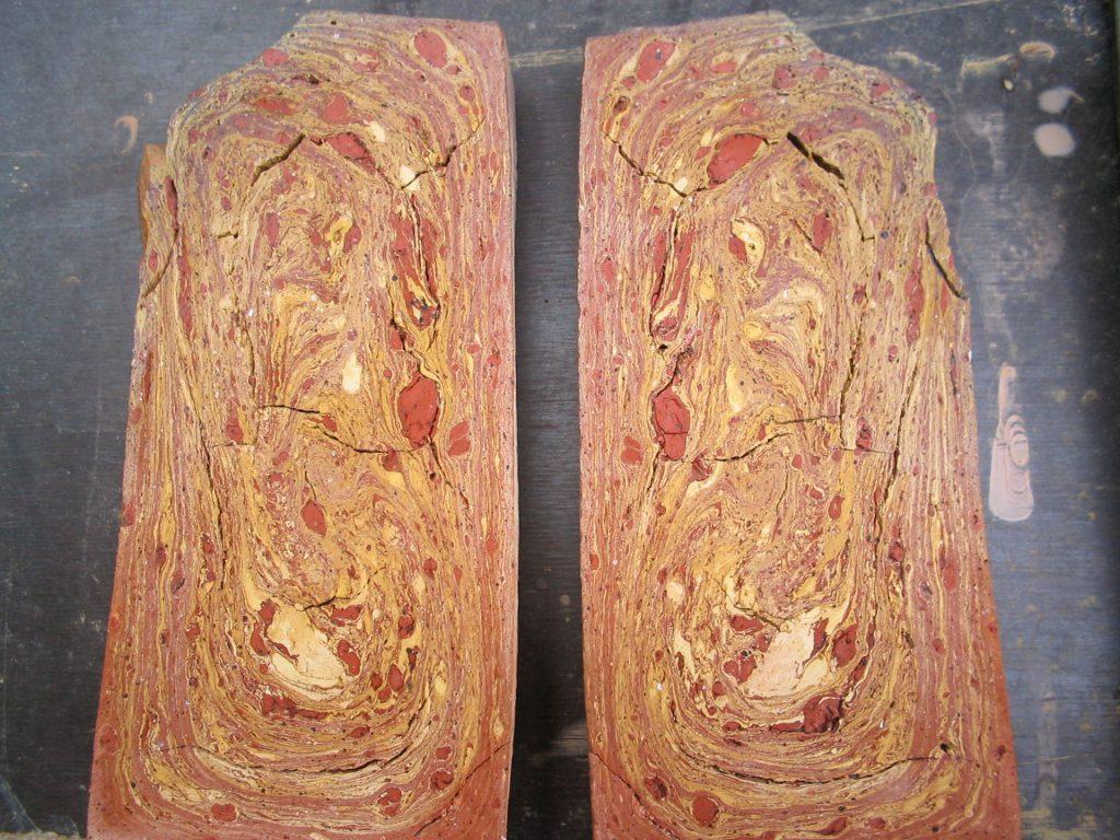 halbierte Ziegel werden als Bodenfliesen verarbeitet