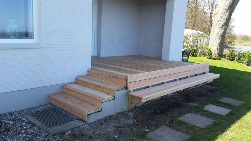 Eingangstreppe mit Holzverkleidung