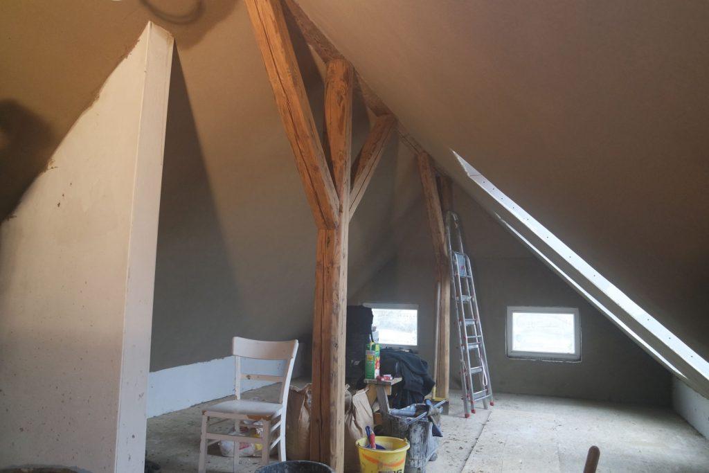 Lehmputzwände in der Dachschräge