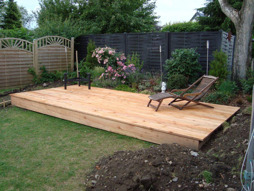 Holzpodest als Sonnenplatz im Garten
