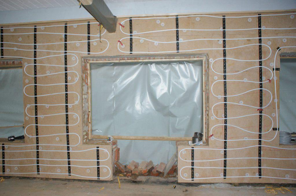 Einbau der Wandheizungsrohre auf die Dämmung